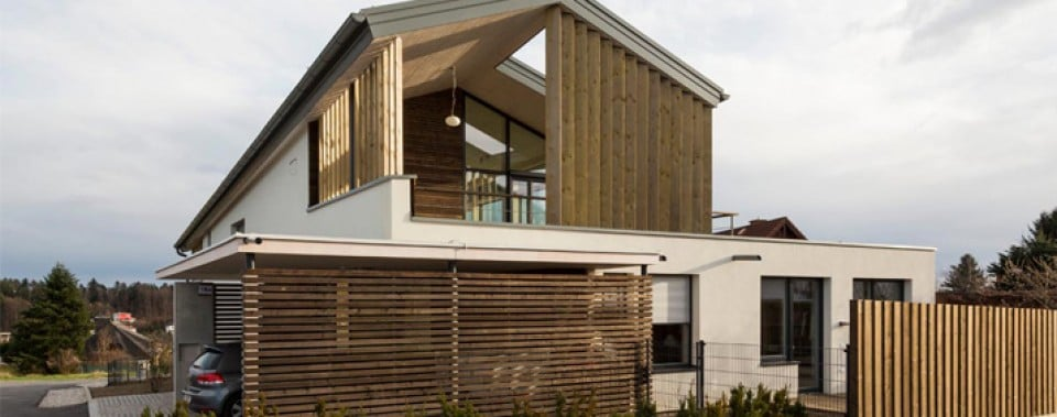Flachdach und Steildach bei modernen Einfamilienhaus.
