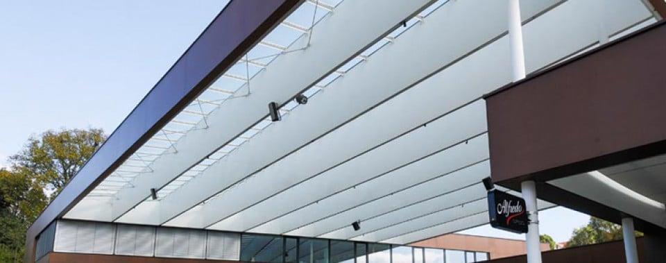 Randträgerverkleidung mit weißen MAX Fassadenplatten.