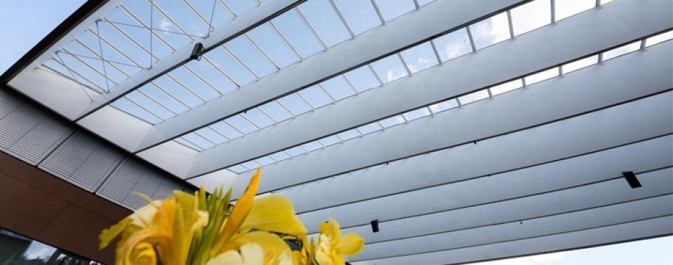 Dachfläche Gemeindezentrum Lannach. Innenverkleidung mit weißen Max Exterior Fassadenplatten.