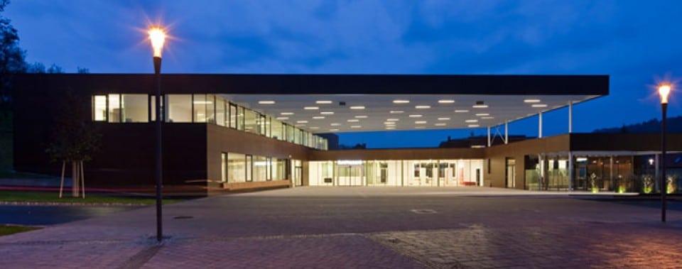 Lannacher Gemeindezentrum bei Nacht.