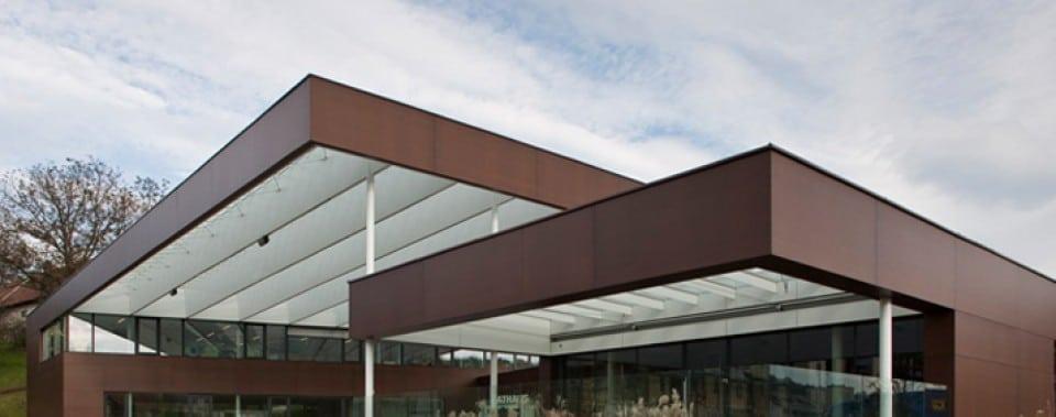 Gemeindezentrum Lannach mit MAX Exterior Fassadenplatten in der Farbe kernbraun.
