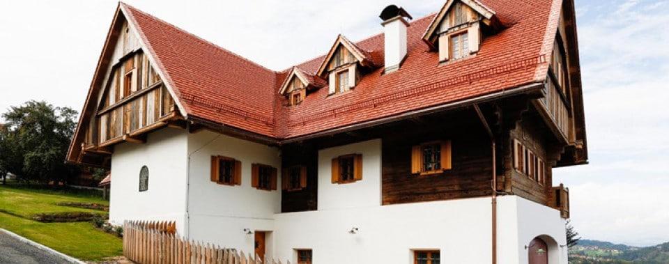 Dachfläche mit Gl. Altstadtpaket naturrot inkl. Schneefang in rot. Spenglerei in Kupfer.