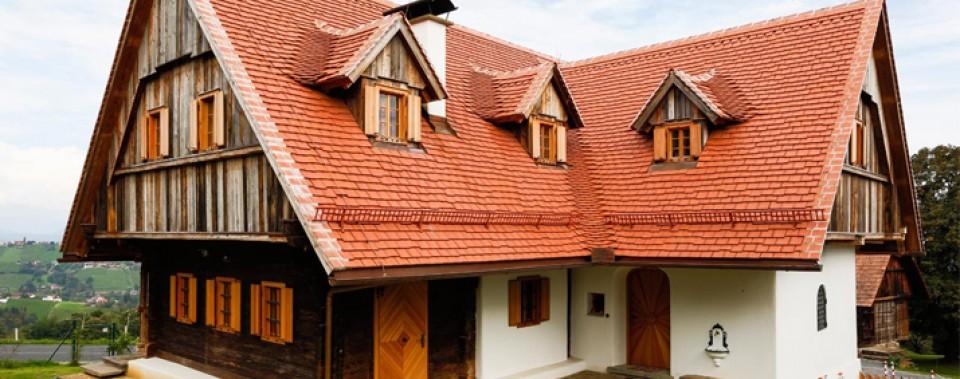 Bauernhaus mit Steildach und Gaupen. Eindeckung mit Gl. Altstadtpaket naturrot. Schluchten sind ausgedeckt. Die Ortgänge und der First wurden gemörtelt.
