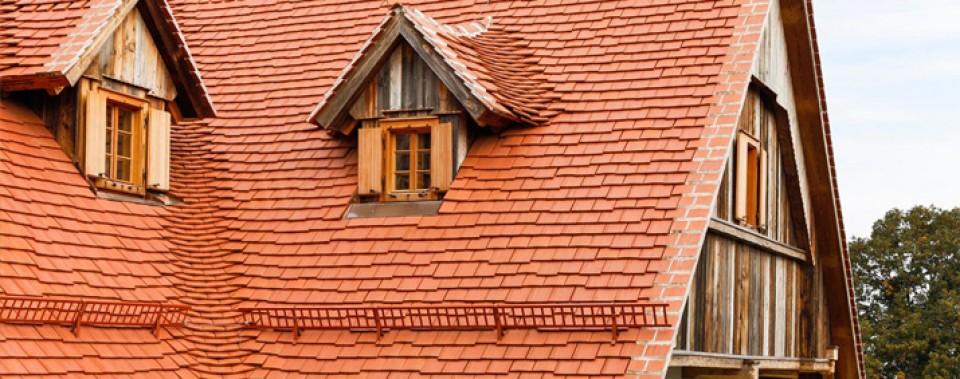Dachfläche naturrot mit Gl. Altstadpaket und roten Schneefang.