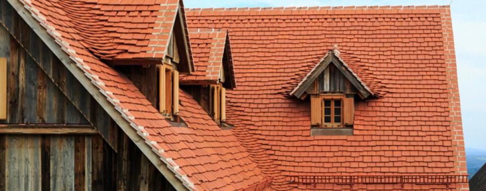 Dachfläche Bauernhaus mit naturroten Altstadtpaket und Gaupen.