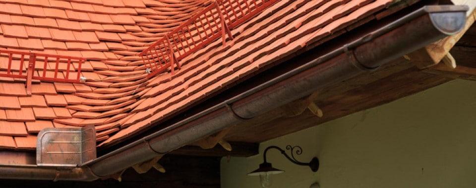 Hängerinne aus Kupfer mit Spritzblech. Ausgedeckte Schluchte mit Gl. Altstadtpaket.