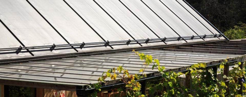 Steildach mit Folie und Schneefang mit Anschluss an Glasdach