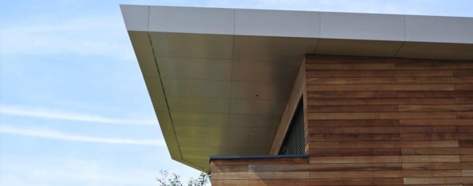 Verkleidung der Fassade mit Reynobond Farbe bronze metallic.
