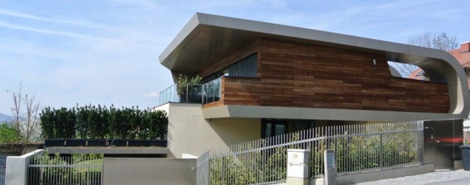 Modernes Einfamilienhaus mit Flachdach und Reynobond Fassadenverkleidung.