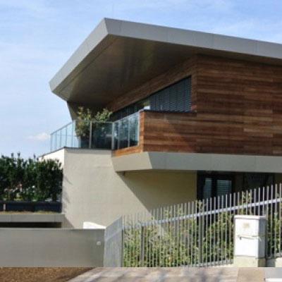 Modernes Einfamilienhaus mit Reynobondfassadenverkleidung.