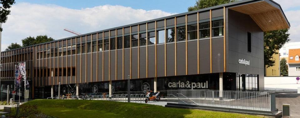 Gebäude Caritas in Graz mit schwarzer Fassade.