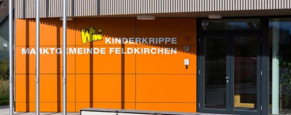 Orange Fassade KiKri Feldkirchen.