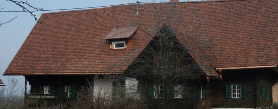 Einfamilienhaus mit Steildach. Eindeckung mit Biber Doppeldeckung Farbe Eng. antik.
