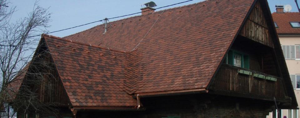 Steildach mit Gl. Biber Eng. antik eingedeckt. Spenglerei in Kupfer.