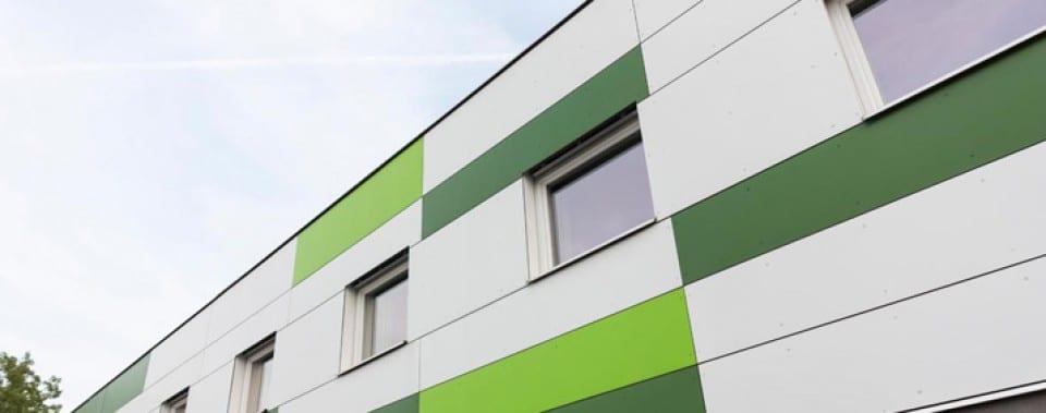 Fassadenplatten Eternit in weiß, grün und dunkelgrün.