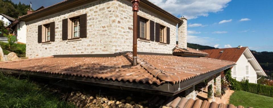 Einfamilienhaus mit Spenglerei aus Kupfer mit Bramac Dachziegeln Farbe umbra.