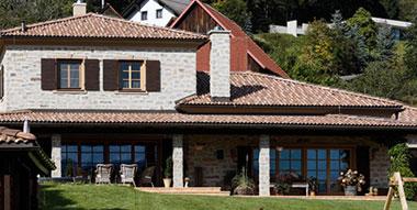 Einfamilienhaus mit Bramac Dachziegeln Farbe umbra inkl. Spenglerarbeiten aus Kupfer.