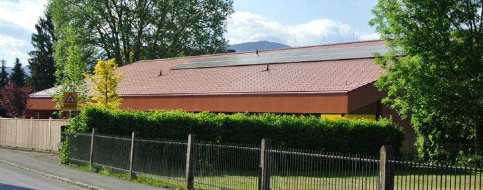 Dachläche Kindergarten Frauental mit klassik roten Dachplatten.