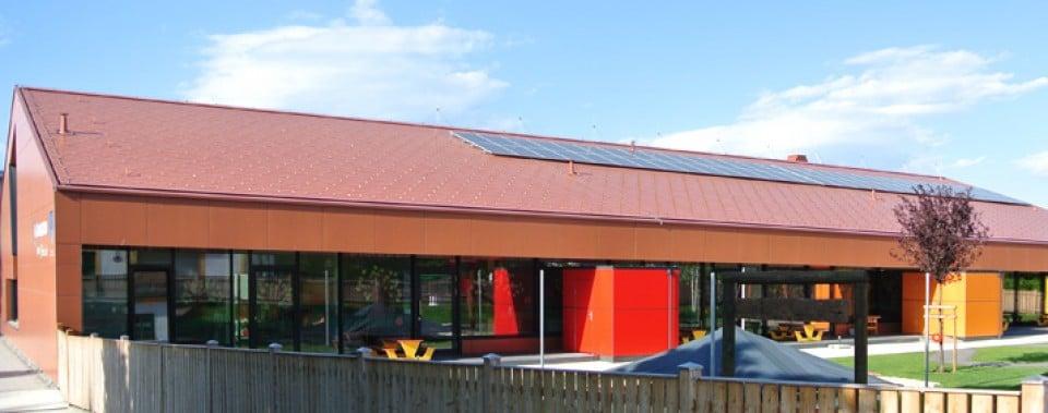 Dachfläche mit Photovoltaikanlage Kindergarten Frauental.