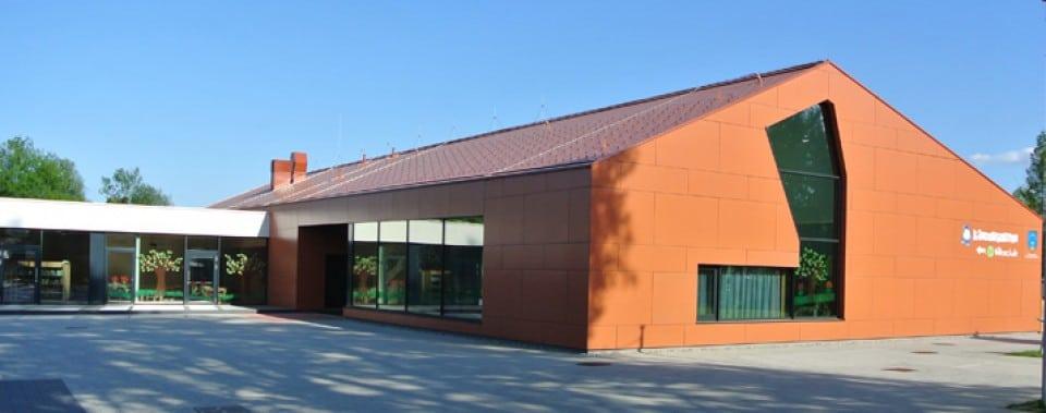 Kindergarten Frauental mit Fassadenplatten und Wanit Fulgorit Dachplatten in klassik rot.