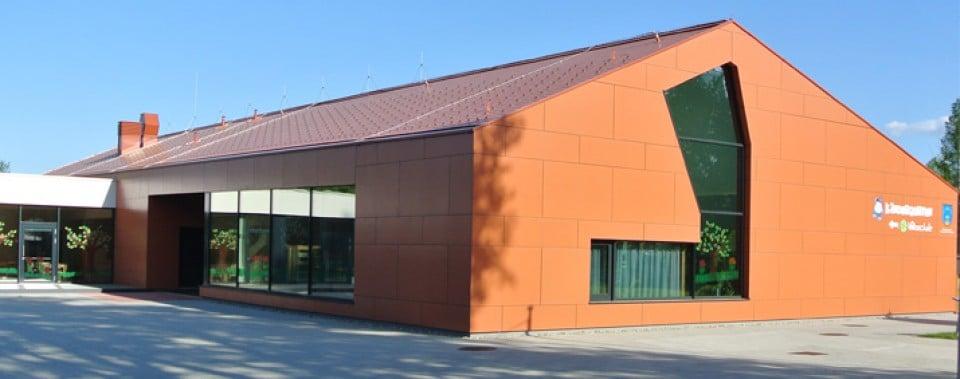 Kindergarten mit klassik roten Wanit Fulgorit Alpin glatt Dachplatten.