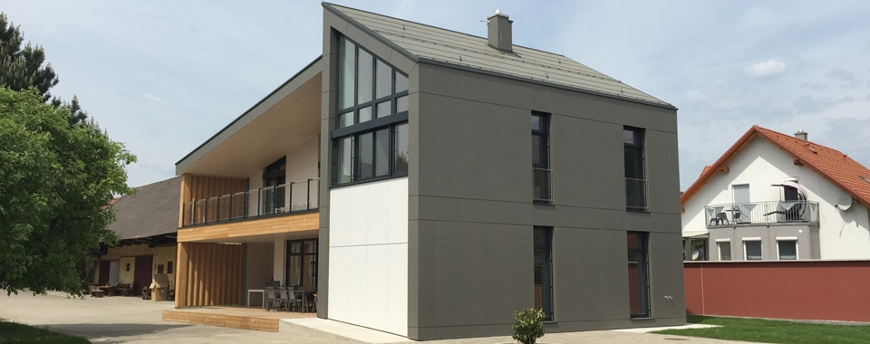 Modernes Einfamilienhaus mit einer Eternit Fassade.