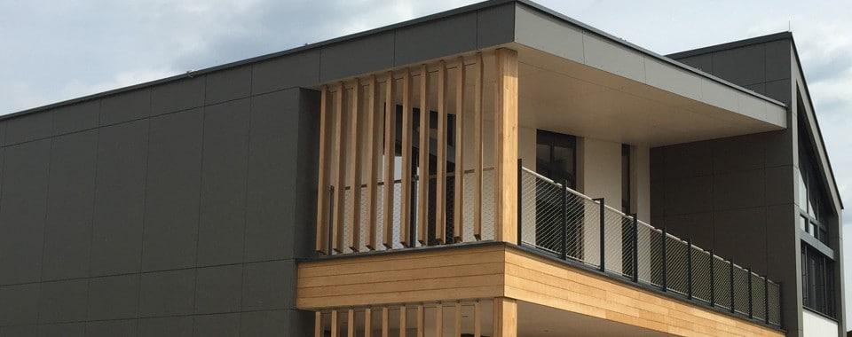 Einfamilienhaus mit Eternit Fassade in der Farbe schwarz.