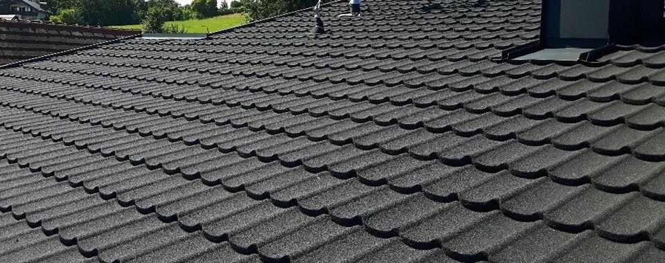 Zobelschwarze Dachfläche mit Gerard Dachplatten.
