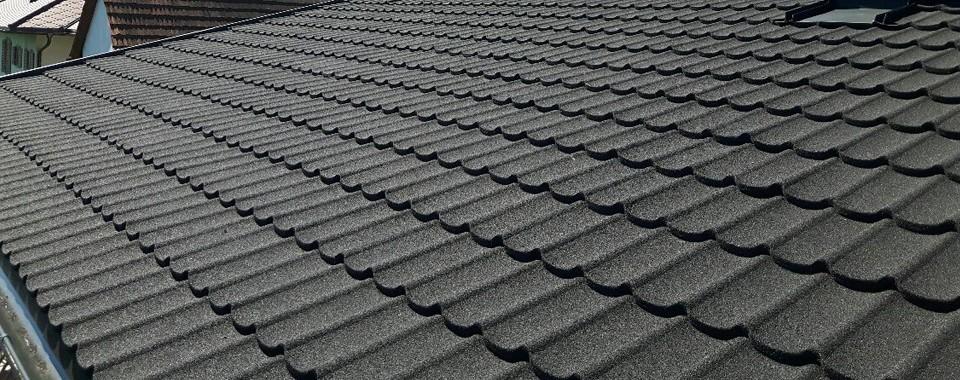 Dachfläche mit zobelschwarzen Gerard Dachplatten.
